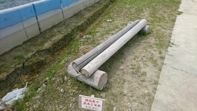丸太の休憩椅子