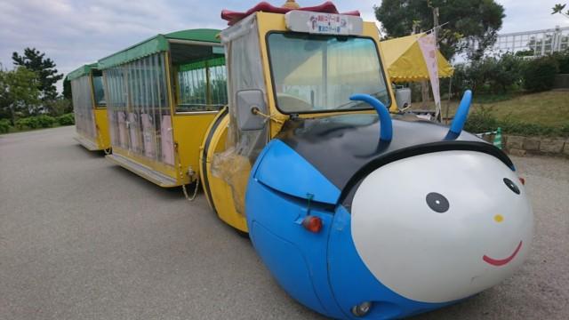 園内をはしるトラムカー「夢ハッチ号」